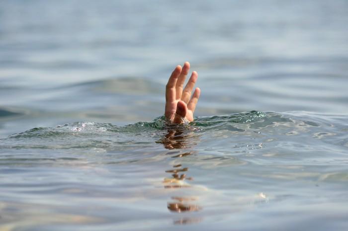 jatuh dari kapal