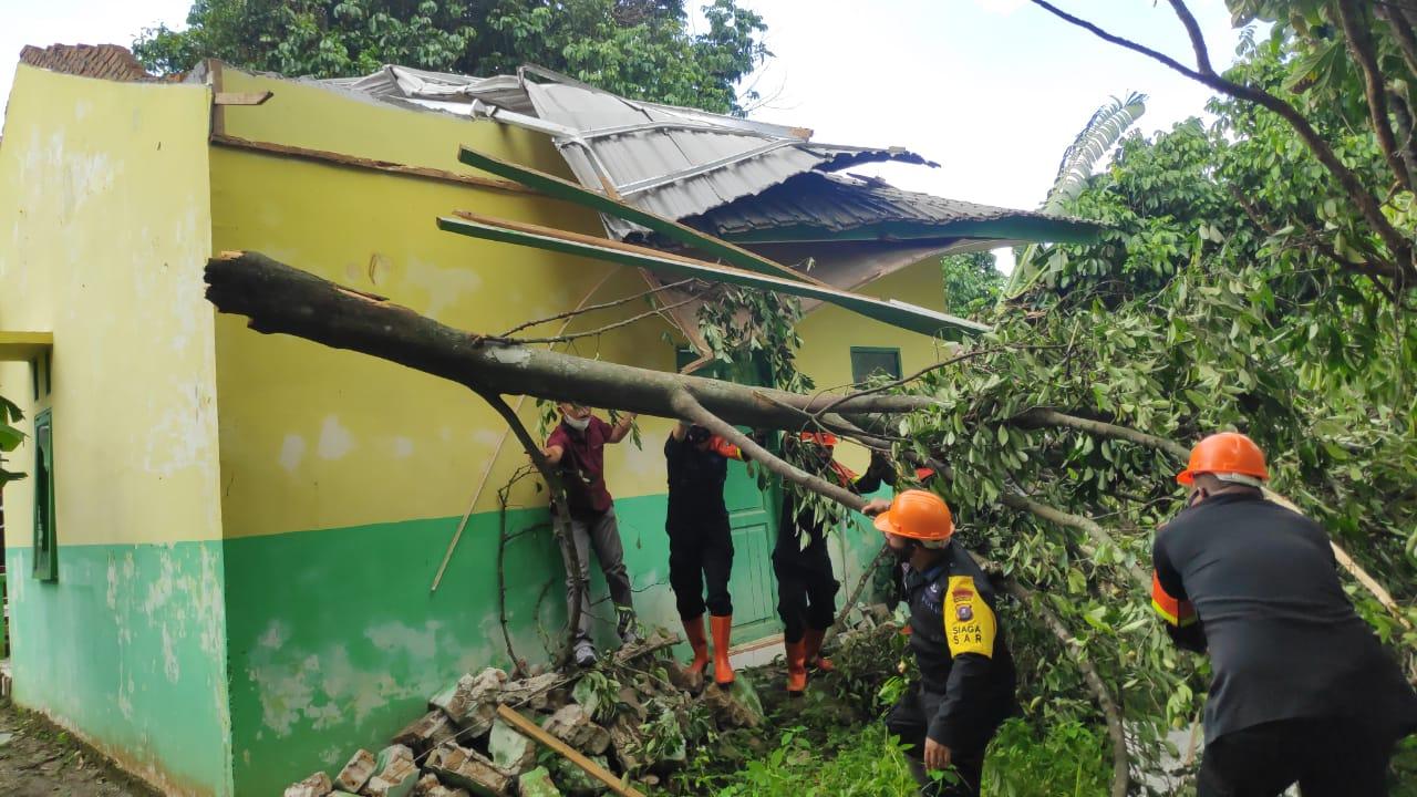 Brimob Bantu Proses Evakuasi Korban Puting Beliung Sergai