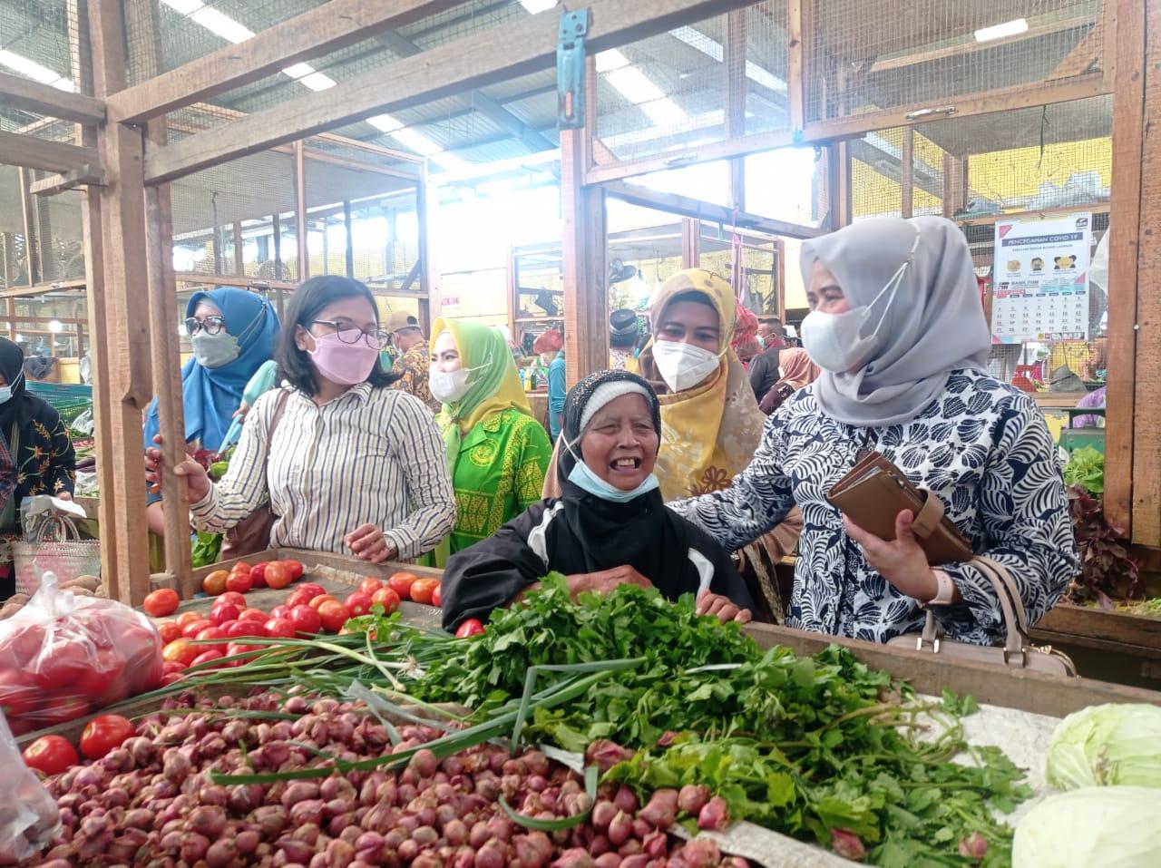 Ratusan ASN Pemkab Sergai Berbelanja di Pasar Rakyat