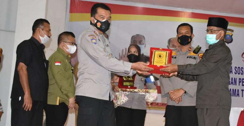 Plh Bupati Madina Ahmad Gozali Pulungan membuka Sosialisasi Sapu Bersih Pungutan Liar
