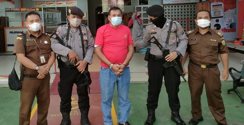 Mantan Kepala SMAN 8 Medan Jonggor Panjaitan, tersangka kasus dugaan korupsi, Senin (19/7/2021), resmi menjalani penahanan