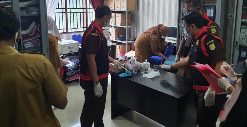 Penyidik Pidsus Kejari Deliserdang Geledah Kantor dan Rumah Dinas Kadis Dukcapil