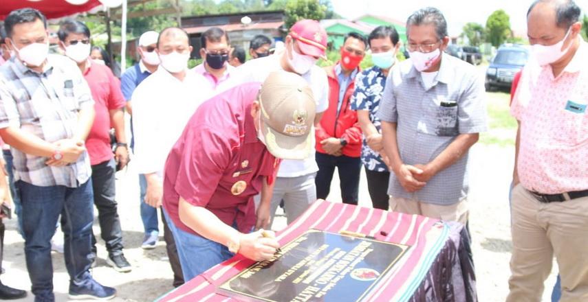 Bupati Taput Drs Nikson Nababan MSi resmikan jembatan alternatif masyarakat Aek Siansimun menuju pusat kota