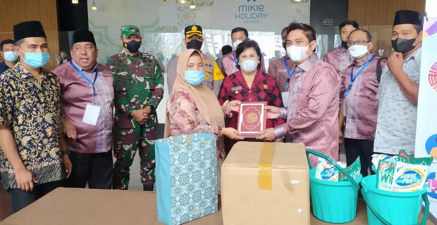 Ketum BPP HIPMI Mardani H Maming kembali memberikan bantuan 500 paket pembersih masjid dan 1.000 Al Qur'an kepada nazir dan remaja masjid di Berastagi, Kabupaten Karo, Sumut, Jumat (24/9/2021).