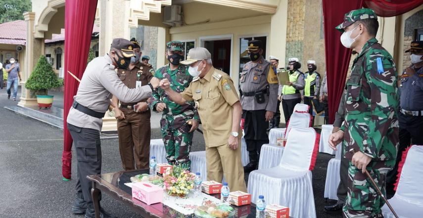 Kapolres Asahan AKBP Putu Yudha Prawira memimpin Apel Pasukan Operasi Patuh Toba 2021 di halaman Mapolres Asahan, Senin (20/9/2021).