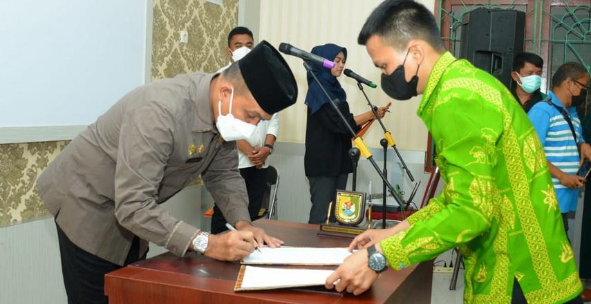 Bupati Sergai H Darma Wijaya melalui Sekdakab HM Faisal Hasrimy AP MAP melantik 20 pejabat fungsional tenaga kesehatan